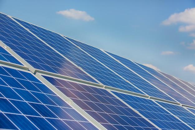 Sonnenkollektoren auf blauem himmel Premium Fotos
