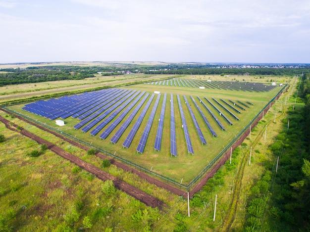 Sonnenkollektoren auf grünem gras mit blauem himmel. Premium Fotos