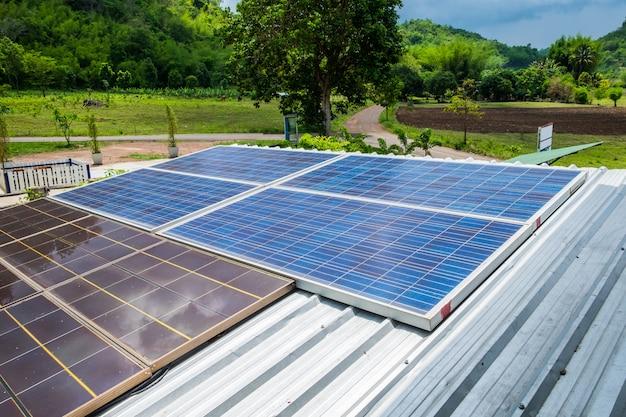 Sonnenkollektoren energie alternative auf dach Premium Fotos