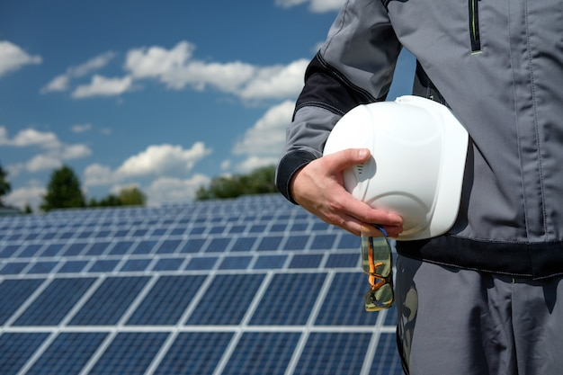 Sonnenkollektoringenieur in der weißen tonne Premium Fotos