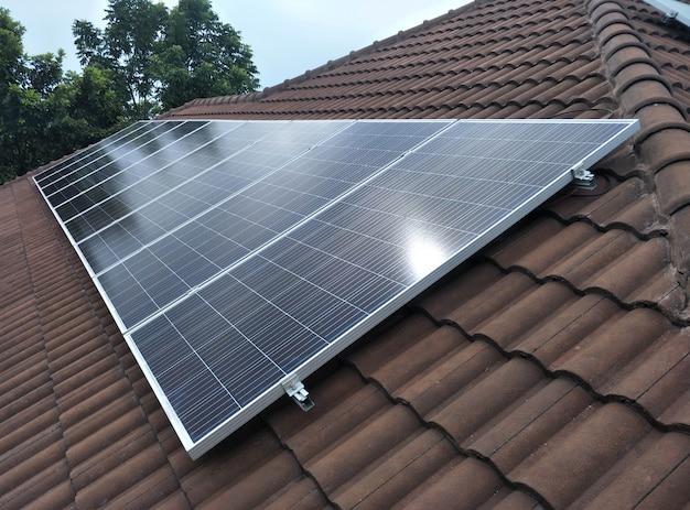 Sonnenkollektorinstallation auf dem dach mit schöner aussicht Premium Fotos