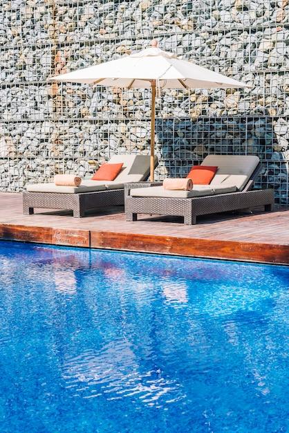 Sonnenschirm pool und stuhl Kostenlose Fotos