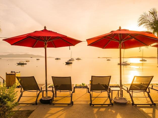 Sonnenschirm und stuhl rund um den außenpool in hotel und resort Kostenlose Fotos