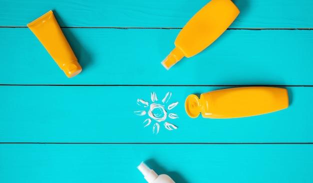 Sonnenschutz auf der hand eines kindes. tiefenschärfe. Premium Fotos