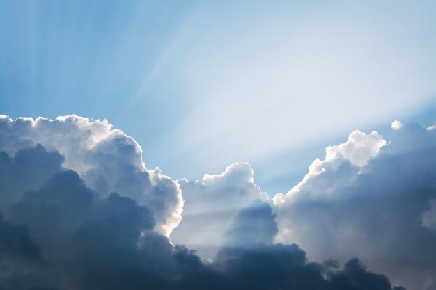 Sonnenstrahlen hinter den dramatischen gewitterwolken vor dem regen am abend Premium Fotos