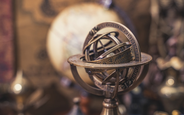 Sonnenuhr kompass mit sternzeichen Premium Fotos