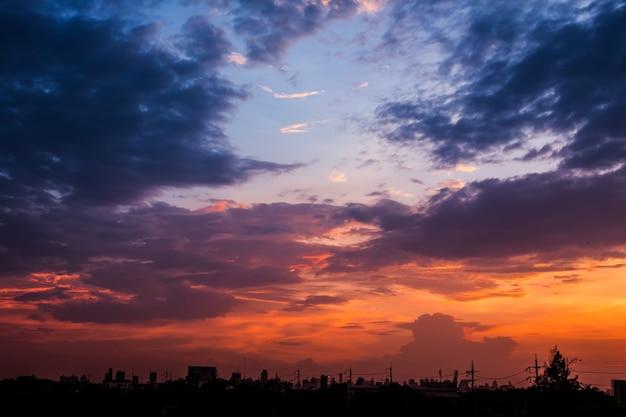 Sonnenuntergang am abend des arbeitstages zum entspannen Premium Fotos