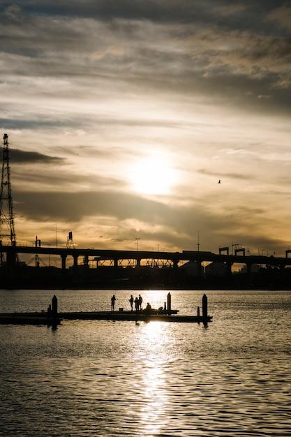 Sonnenuntergang am meer und der stadt Kostenlose Fotos
