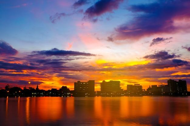 Sonnenuntergang am see im stadtpark ist der hintergrund. Premium Fotos