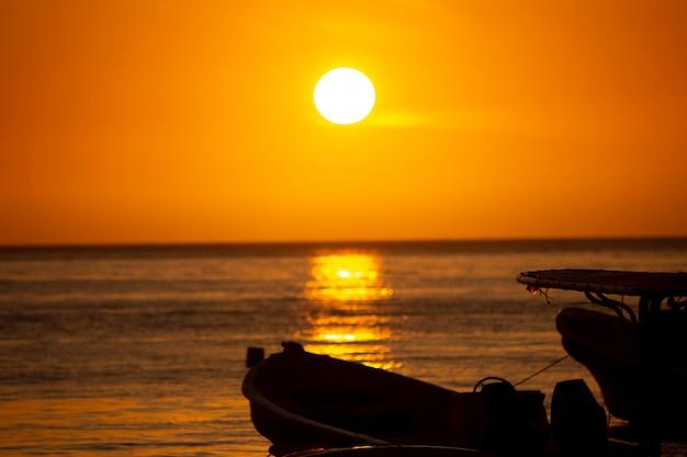 Sonnenuntergang am strand Premium Fotos