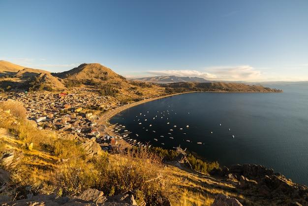 Sonnenuntergang auf copacabana-bucht, titicaca see, bolivien Premium Fotos