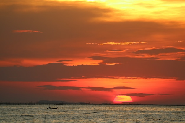 Sonnenuntergang auf hinterer abendwolke des roten gelben himmels über horizontmeer Premium Fotos
