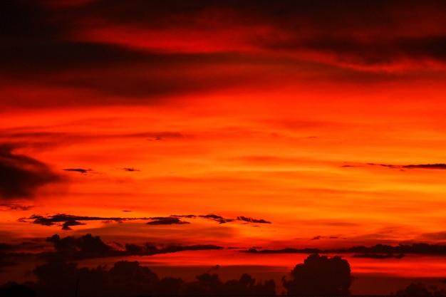 Sonnenuntergang auf letzter heller himmelschattenbildwolke am abend Premium Fotos
