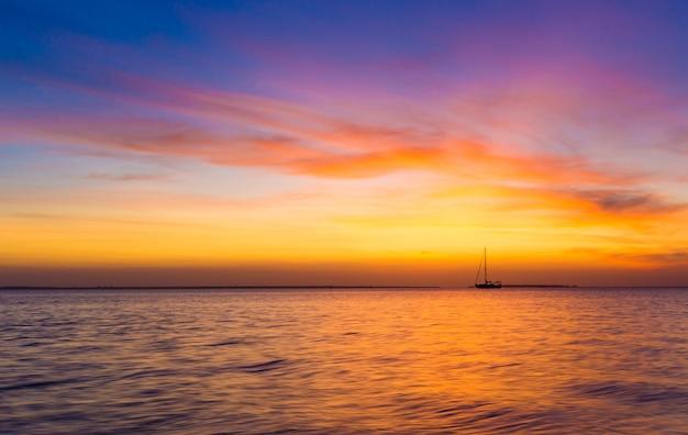 Sonnenuntergang auf ozean in sansibar Premium Fotos