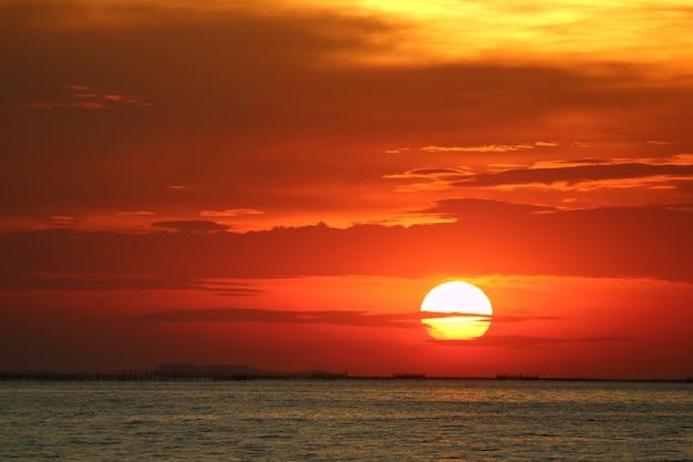 Sonnenuntergang auf roter gelber himmelrückseite weicher abendwolke über horizontmeer Premium Fotos