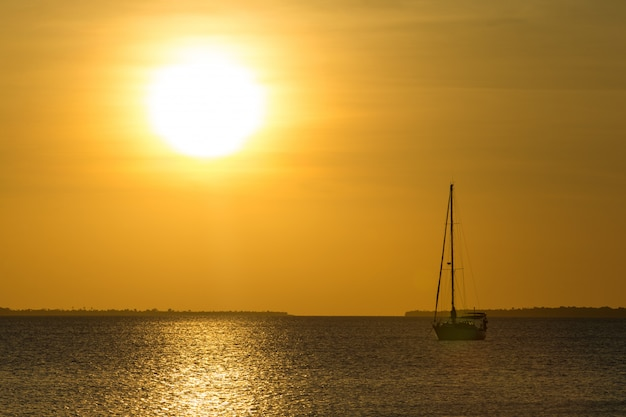 Sonnenuntergang auf see in sansibar Premium Fotos