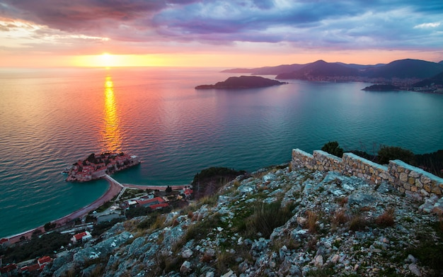 Sonnenuntergang bei sveti stefan in montenegro Premium Fotos