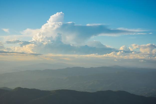 Sonnenuntergang, berge und schöne wolken bei doi chang, mae fah luang dorf, chiang rai, thailand Premium Fotos