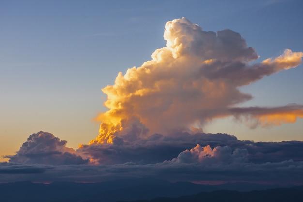 Sonnenuntergang, berge und schöne wolken Premium Fotos