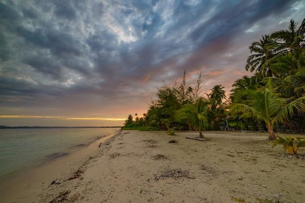Sonnenuntergang dramatischen himmel am meer, tropischen wüstenstrand, keine menschen, bunte wolken, reiseziel, indonesien banyak islands sumatra Premium Fotos