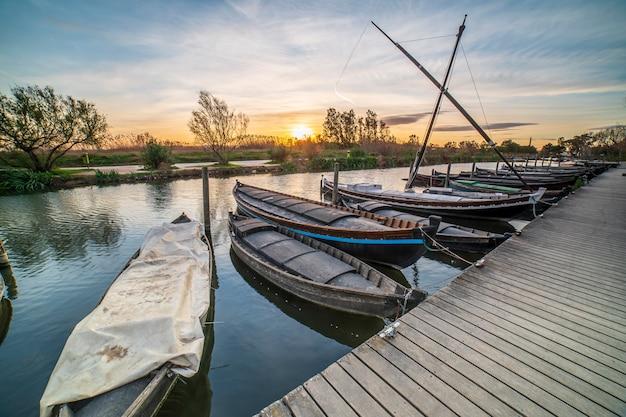 Sonnenuntergang im hafen von catarroja in albufera von valencia. Premium Fotos