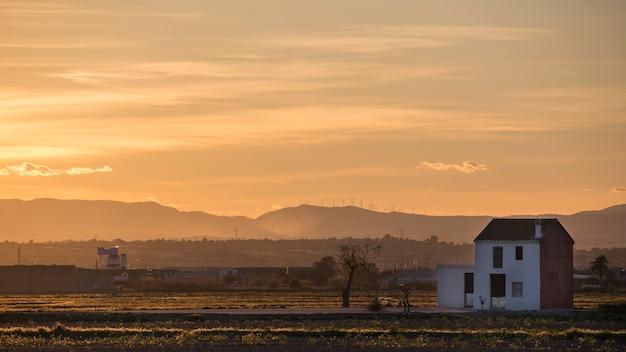 Sonnenuntergang in der albufera von valencia mit landhaus. Premium Fotos