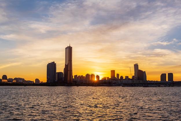 Sonnenuntergang in han-fluss in seoul-stadt, südkorea. Premium Fotos