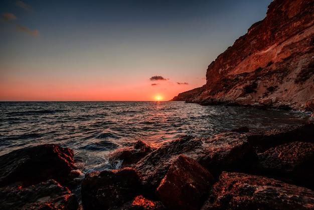 Sonnenuntergang in meer in einem sturm Premium Fotos