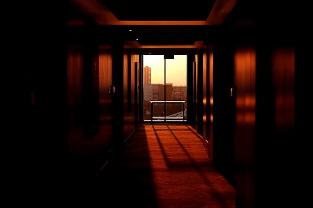 Sonnenuntergang kommt durch die fenster eines hotels Kostenlose Fotos
