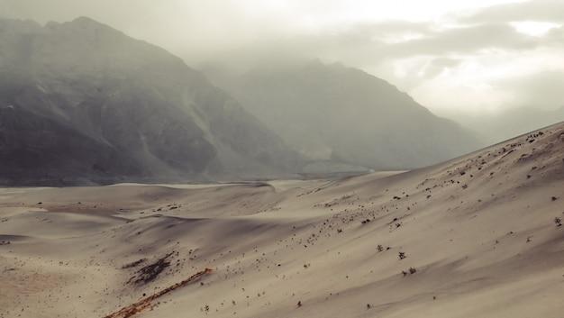 Sonnenuntergang nach sandsturm am kalten dersert. skardu, gilgit baltistan, pakistan. Premium Fotos