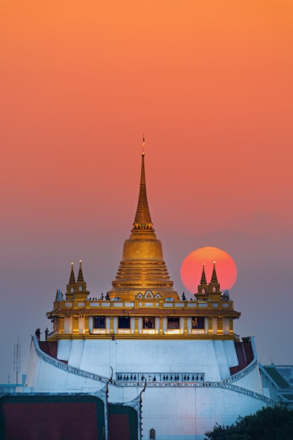 Sonnenuntergang nahe goldenem berg in bangkok Premium Fotos