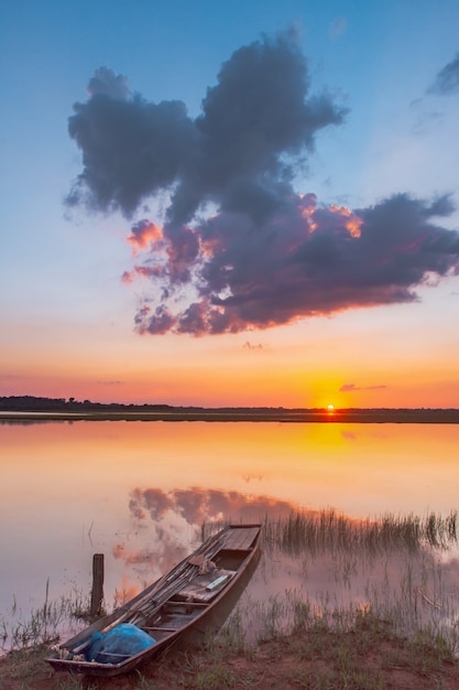 Sonnenuntergang reflexion lagune. wunderschöner sonnenuntergang hinter den wolken und blauer himmel über der lagunenlandschaft. dramatischer himmel mit wolken bei sonnenuntergang Premium Fotos