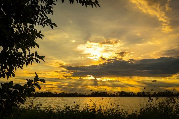 Sonnenuntergang über dem tropischen see, thailand Premium Fotos