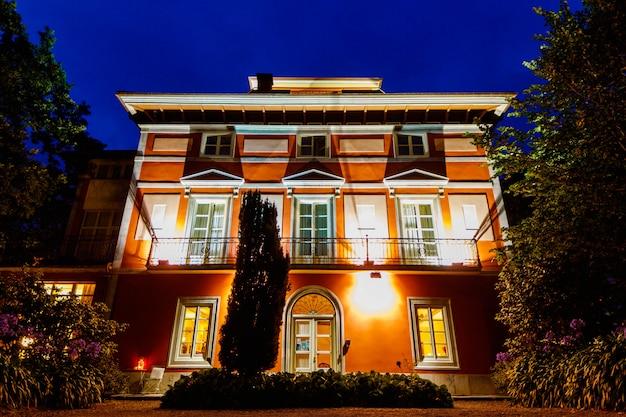 Sonnenuntergang vom eingang eines schönen und spektakulären hotels in asturien. Premium Fotos