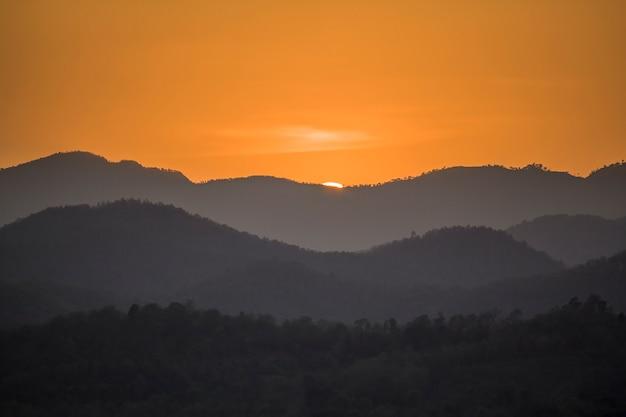 Sonnenuntergang von thailand berg Premium Fotos