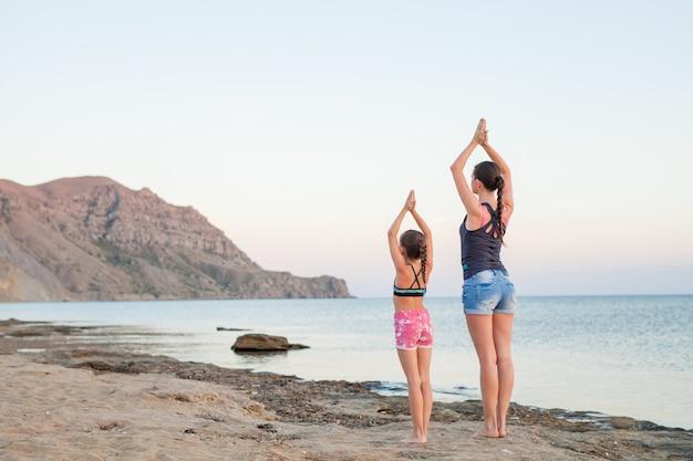 Sonnenuntergang yoga-kurse. Premium Fotos