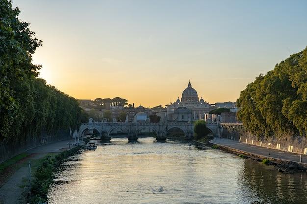 Sonnenuntergangansicht der vatikanstadt in rom, italien. Premium Fotos