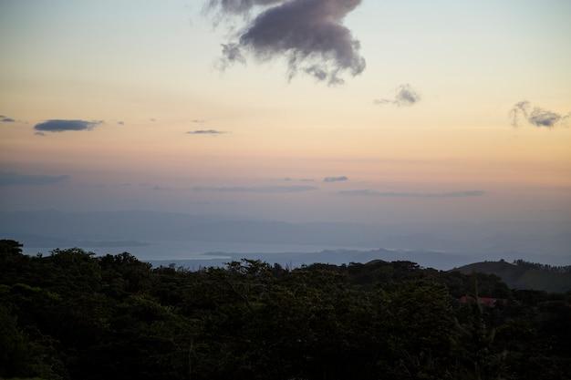 Sonnenuntergangansicht des tropischen regenwaldes in costa rica Kostenlose Fotos