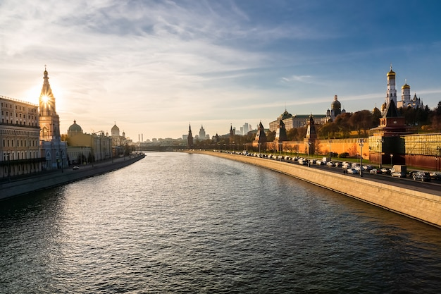 Sonnenuntergangansicht von der brücke bolshoy moskvoretsky zum kreml, zum fluss moskau und zur stadt moskau. Premium Fotos