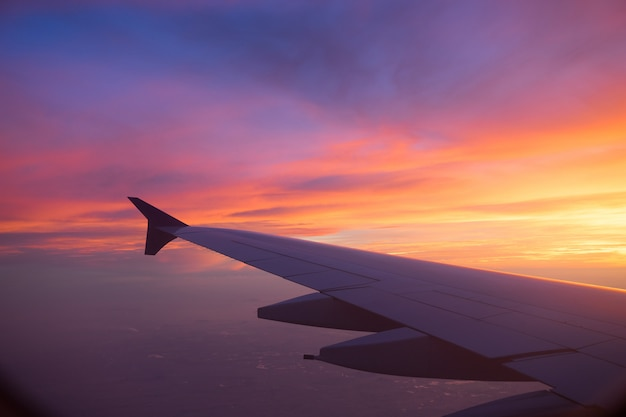 Sonnenunterganghimmel vom flugzeugfenster Premium Fotos
