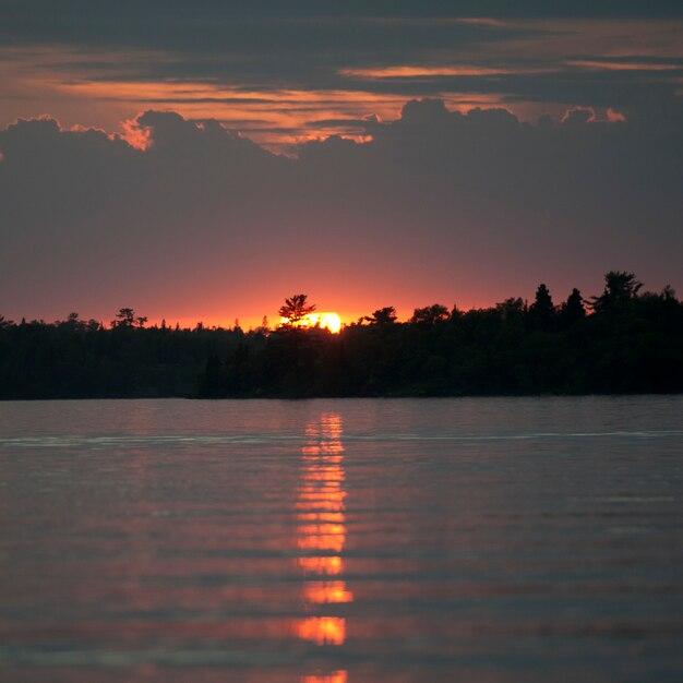 Sonnenunterganghorizont über see des holzes, ontario Premium Fotos