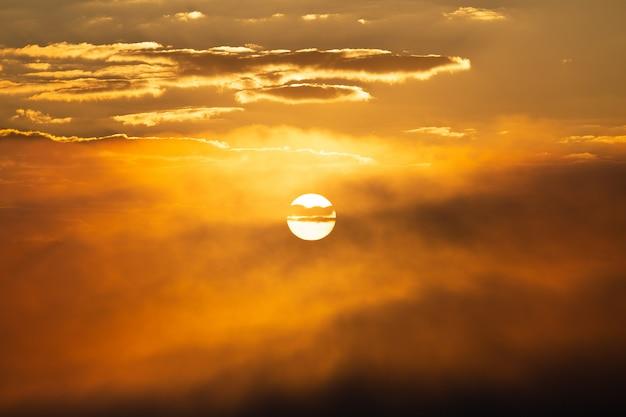 Sonnenuntergangshimmel mit sonnenhintergrund Premium Fotos