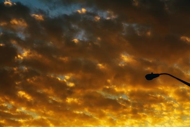 Sonnenuntergangsonnenaufgang mit wolken, hellen strahlen und anderem atmosphärischem effekt Premium Fotos
