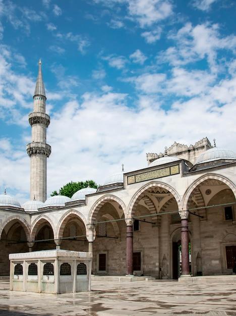 Sonnige ansicht des hofes der suleymaniye-moschee in istanbul, die türkei Premium Fotos