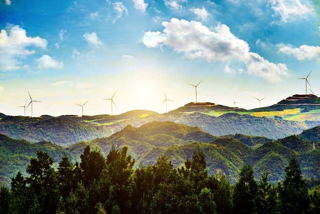 Sonnige Landschaft mit Windmühlen Kostenlose Fotos