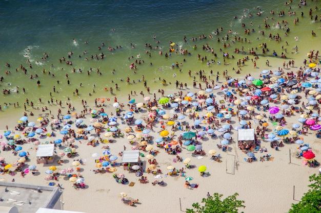 Sonniger tag am strand von urca Premium Fotos