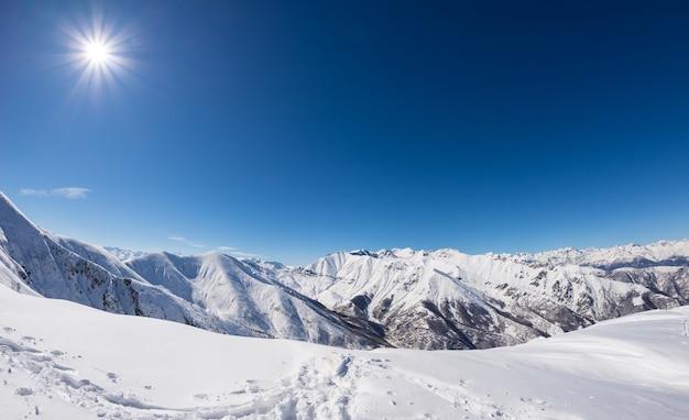 Sonniger tag auf schneebedecktem gebirgszug Premium Fotos