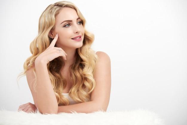 Sorglose blonde frau auf weiß Kostenlose Fotos