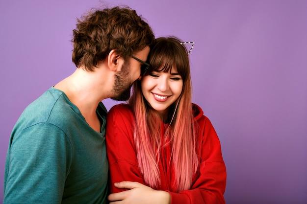 Sorglose glückselige junge hipster-paar umarmungen und lächeln, romantische stimmung, liebe und familie, nahaufnahmeporträt der glücklichen frau und des hübschen bärtigen mannes, freizeitkleidung, positive stimmung Kostenlose Fotos