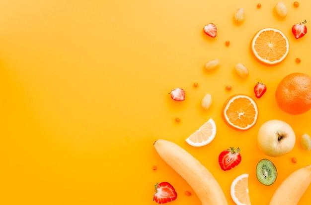 Sortierte frucht auf gelbem hintergrund Kostenlose Fotos